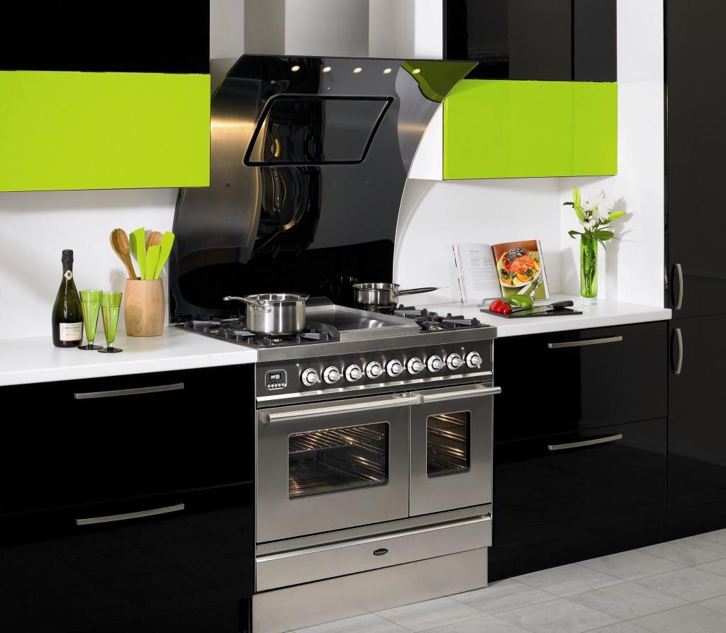 Черная вытяжка в стиль кухни