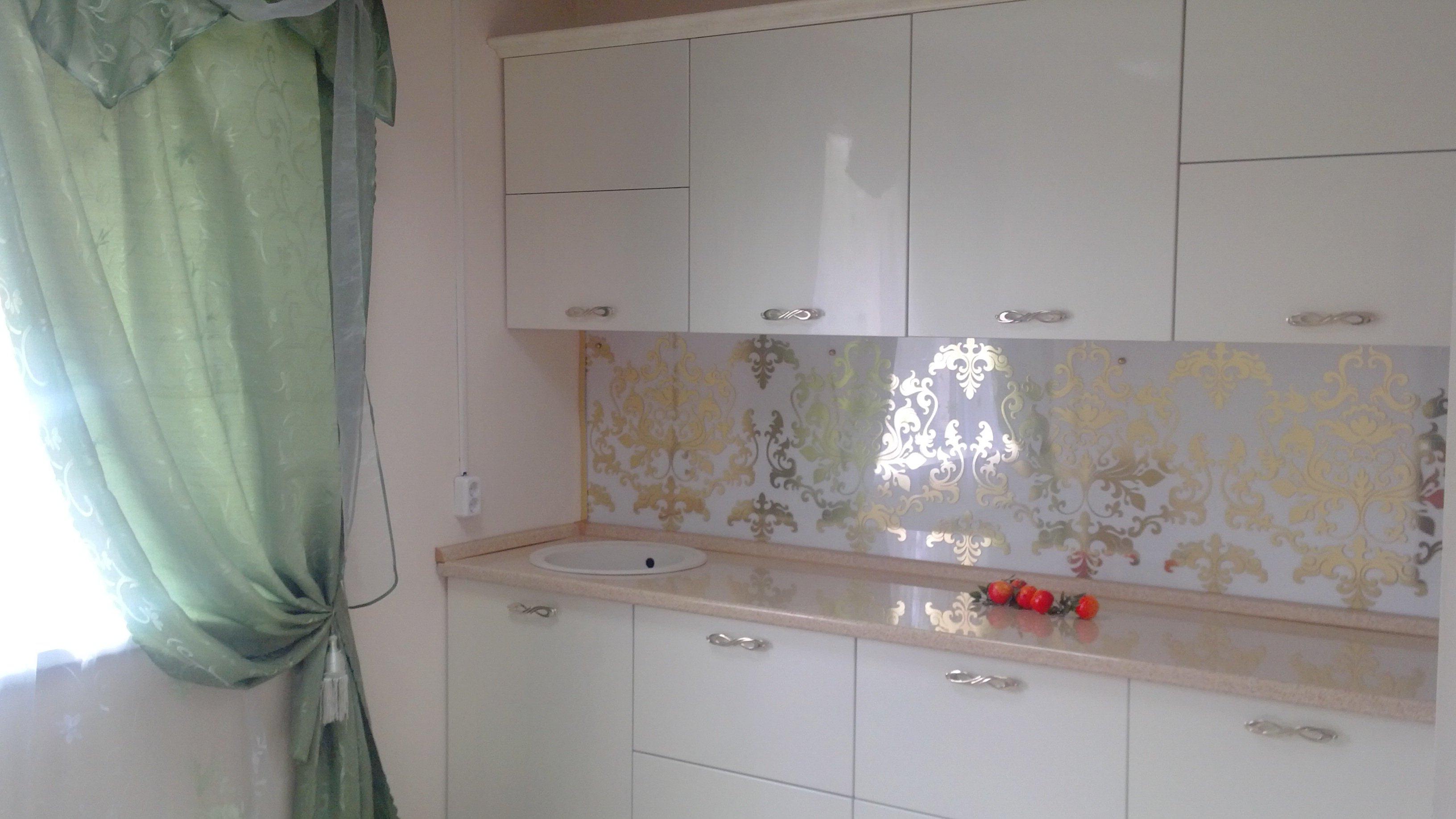 Стеклянные панели на кухне с рисунком под золото