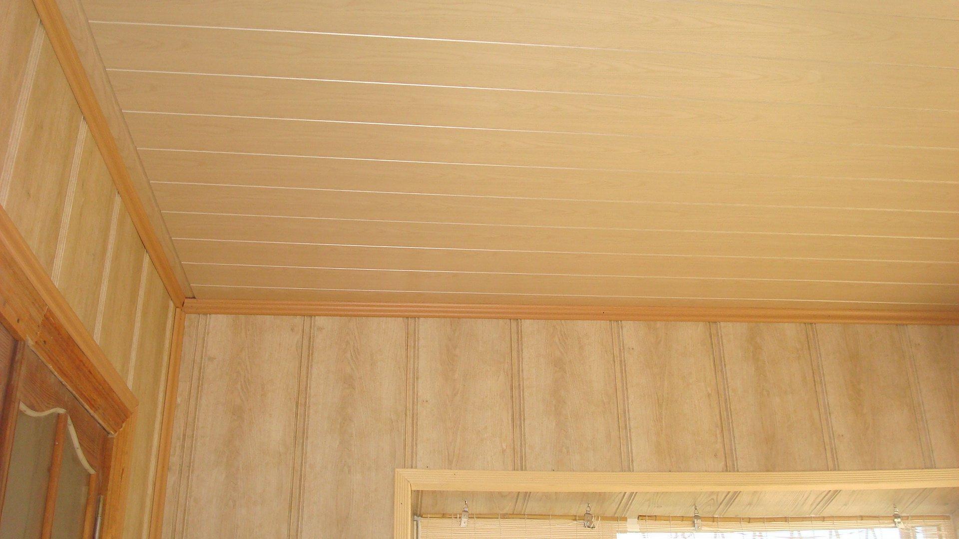Потолок и стены, отделанные панелями из МДФ.