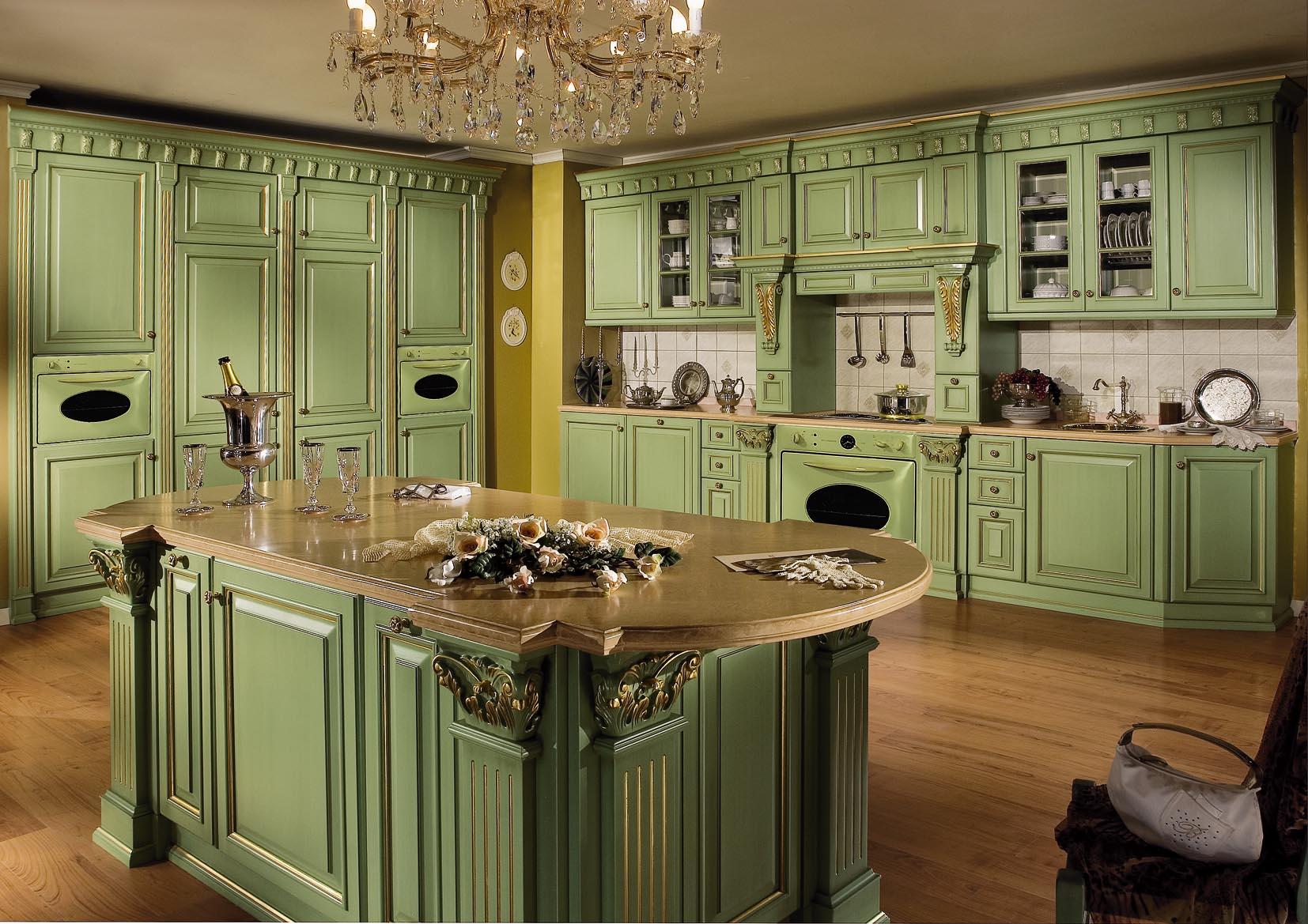 Оливковый кухонный гарнитур, декорированный позолотой