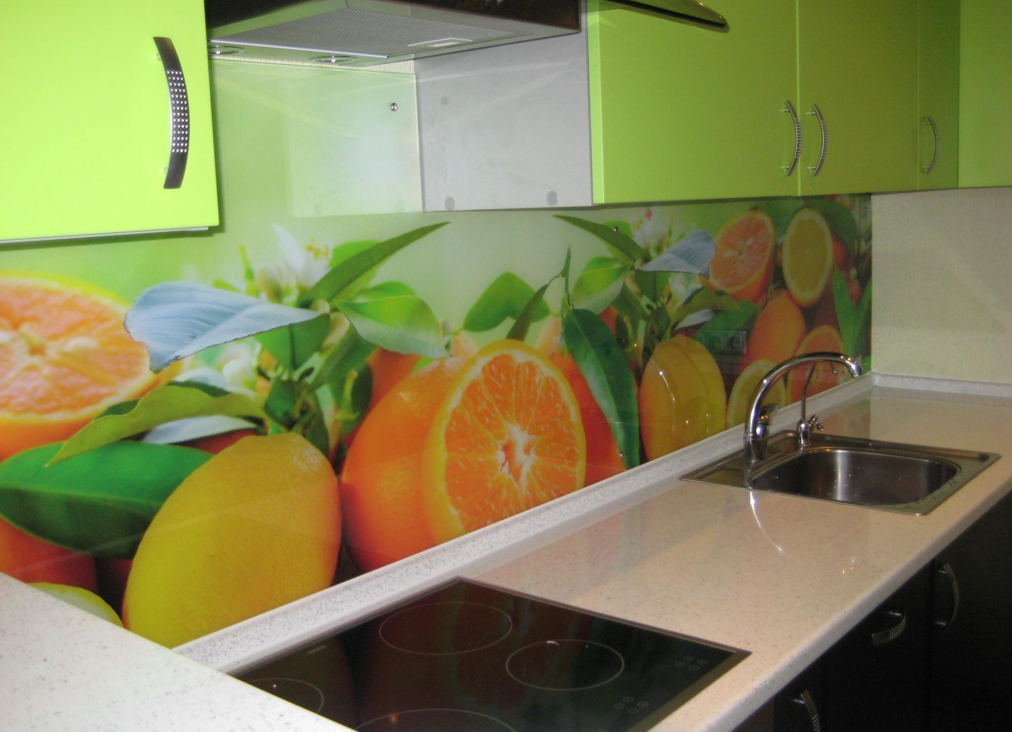 Сочный фартук с фотопечатью икремовая столешница на кухне