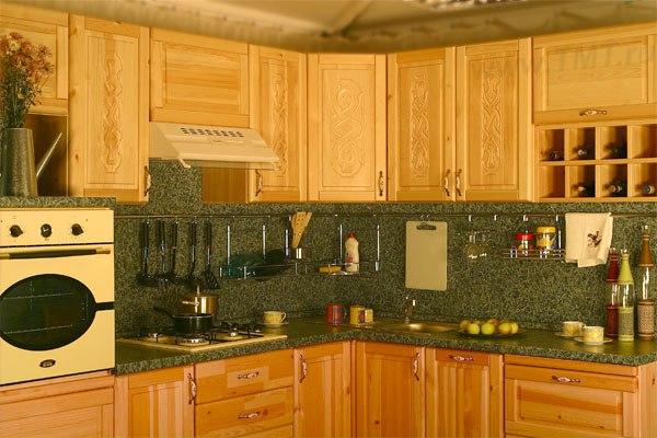 Кухня из массива сосны с резными филенками
