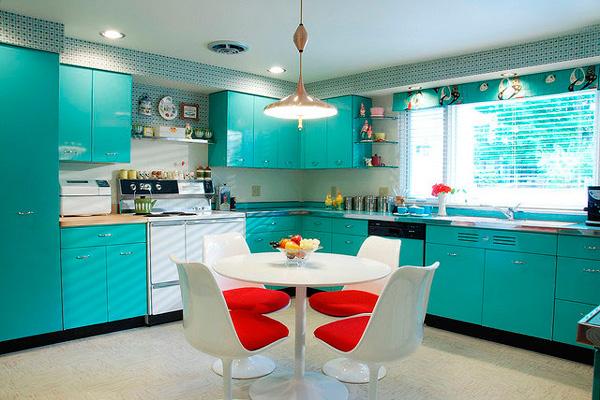 Яркий акцент мебели для бирюзовой кухни