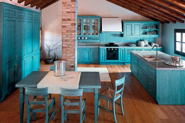 Бирюзовая кухня с паркетом и светлыми стенами