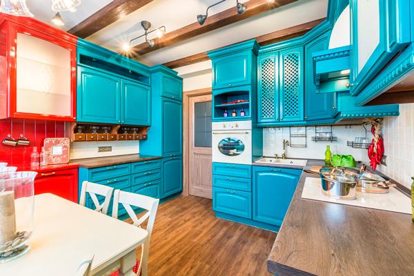 Деревянные фасады кухни в бирюзовых и рубиновых тонах