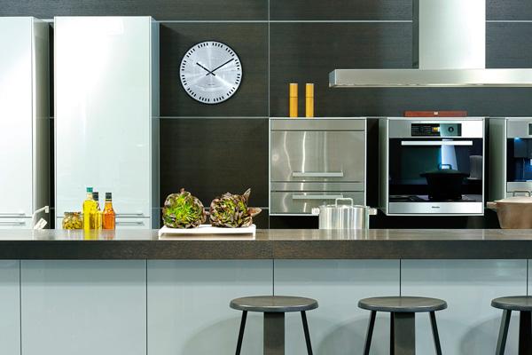 Металлические часы на кухне хай тек