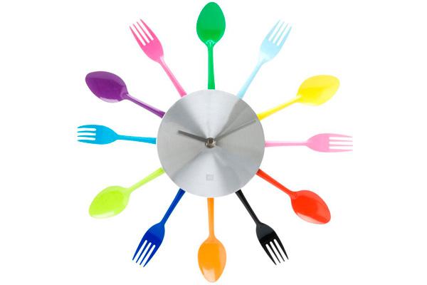 Яркие креативные часы из столовых приборов