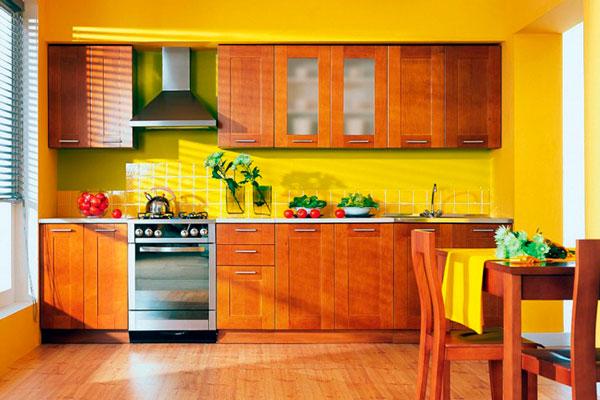 Солнечная кухня с деревянным гарнитуром и желтыми стенами