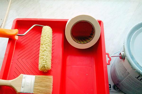 Инструменты для окрашивания: лоток, валик, скотч, кисть