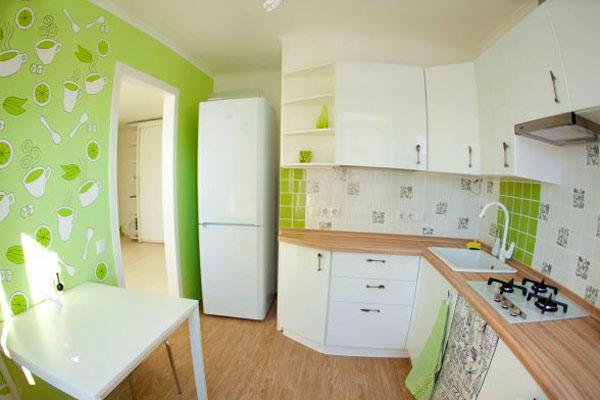 Кухня с обоями и плиткой в рабочей зоне