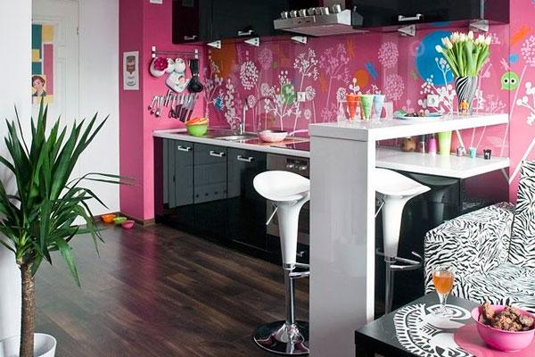 Оригинальное оформление рабочей зоны кухни-студии