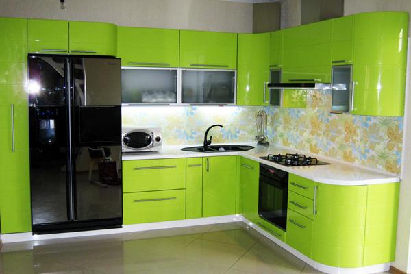 Черный смеситель отлично вписался в общий дизайн кухни