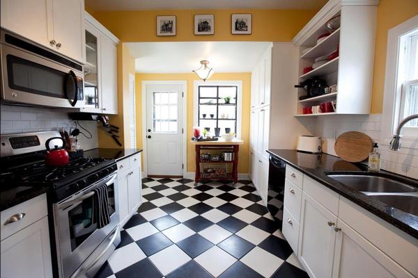 Черно-белая плитка в цвет кухни