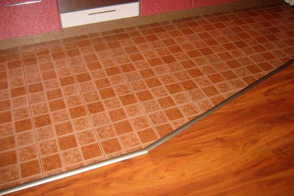 Разделение рабочей зоны и обеденной с помощью плитки и линолеума