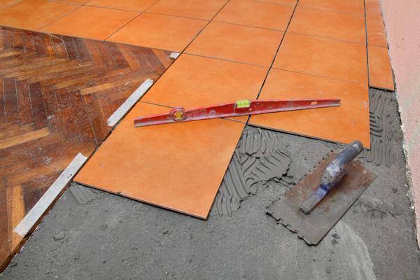 Сочетание паркета и кафельной плитки на полу