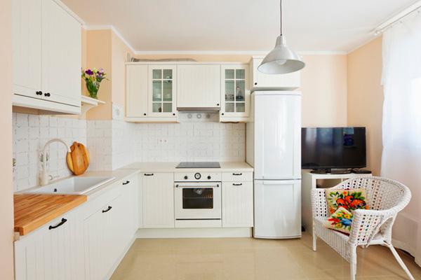 Визуальное увеличение пространства за счет светлого дизайна кухни