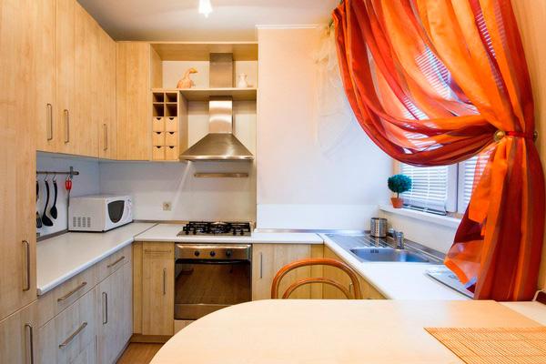 Мойка у окна малагабаритной кухни