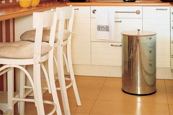 Большая плитка бежевого цвета на полу маленькой кухни
