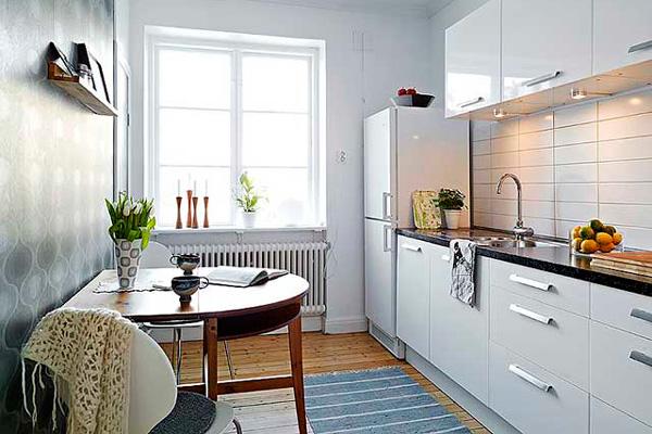 Интерьер светлой кухни с большим окном без шторы