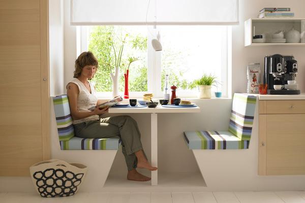 Обеденный стол вдоль окна