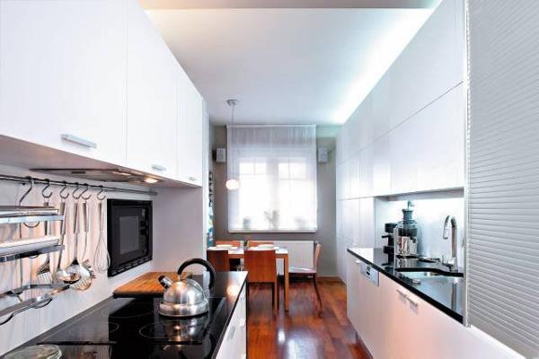 Разделение рабочей и столовой зон на длинной узкой кухне