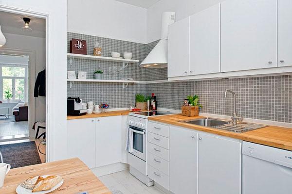 Мозаичный серый фартук на белой кухне