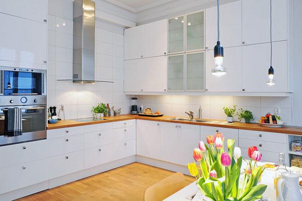Интерьер белоснежной кухни с белым фартуком