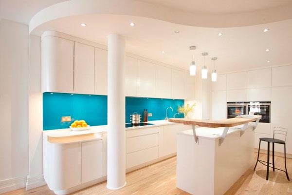 Фартук цвета морской волны на белой кухне