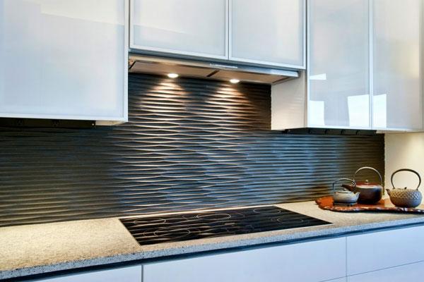 Белая кухня и тёмный фартук из плитки