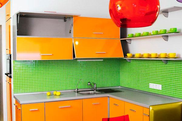 Яркая кухня с контрастным однотонным фартуком
