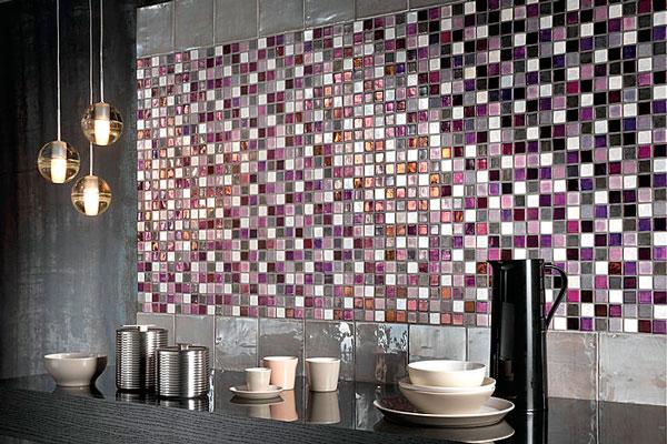 Один из вариантов отделки фартука – стеклянная мозаика