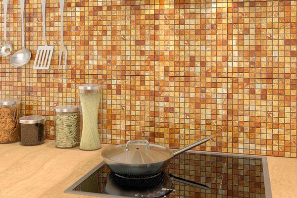 Оформление фартука каменной мозаикой