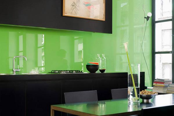Стеклянный фартук цвета свежей зелени