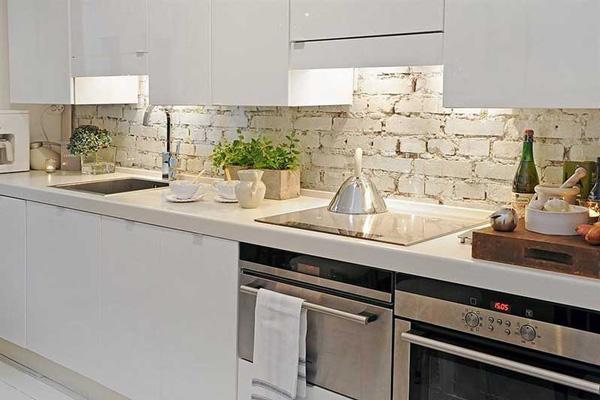 Светлая кухня с белым фартуком из кирпича