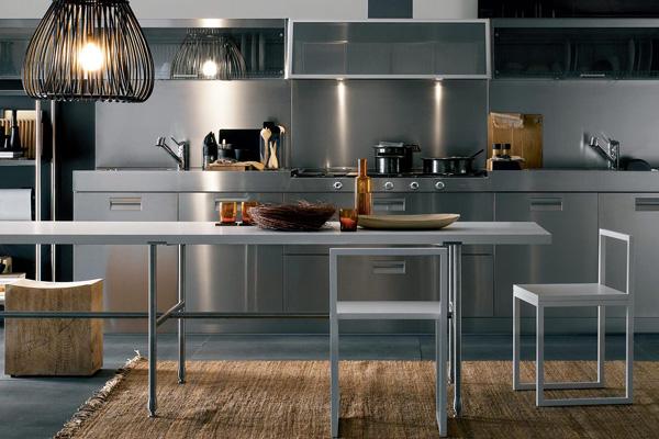 Стальной интерьер кухни включая фартук