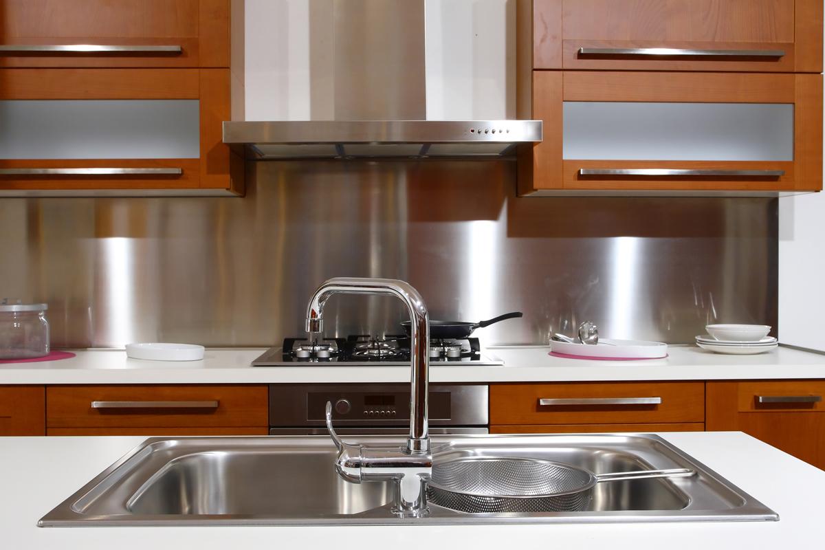 """Из чего сделать фартук на кухне: от керамической плитки до металла - kuhnyagid """" kuhnyagid"""