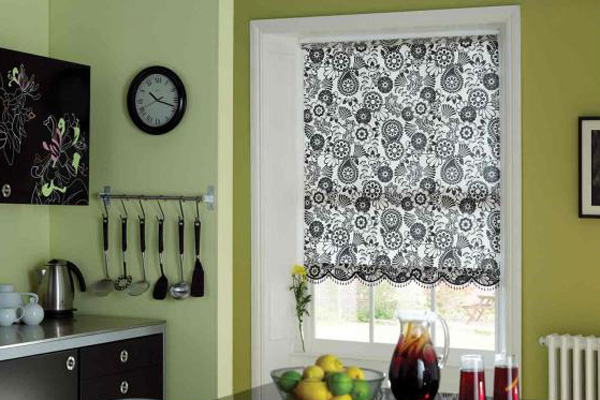 Коротка штора с черно-белым узором