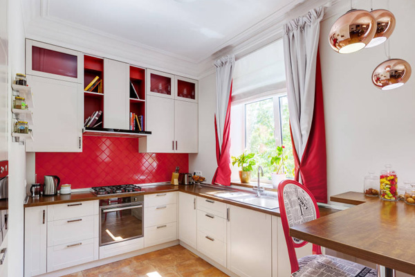 Интересный дизайн бело-красных штор