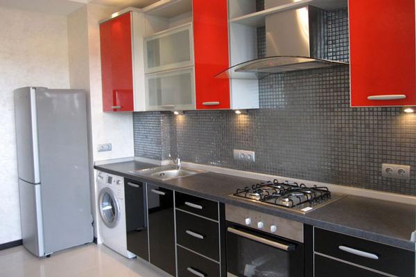 Алюминиевый профиль в дизайне черно-красной кухни
