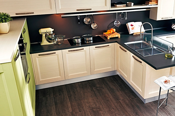 Фактурный деревянный пол на кухне