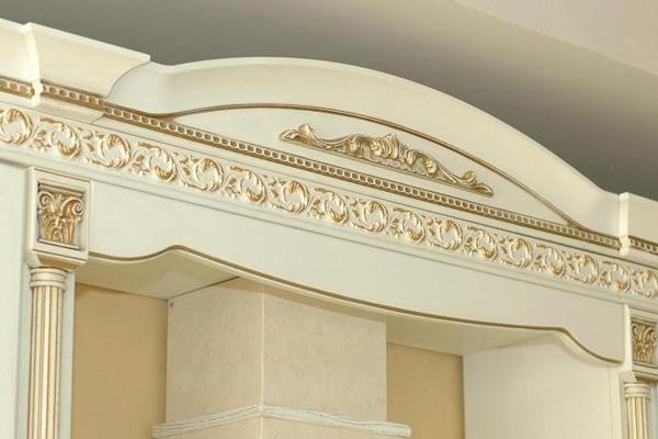 Декорированная отделка золотом карниза для мебели