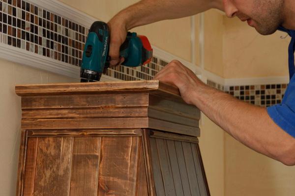 Прячем вытяжку в деревянный короб