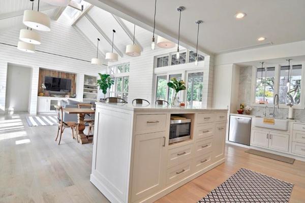 Просторная белая кухня-столовая-гостиная