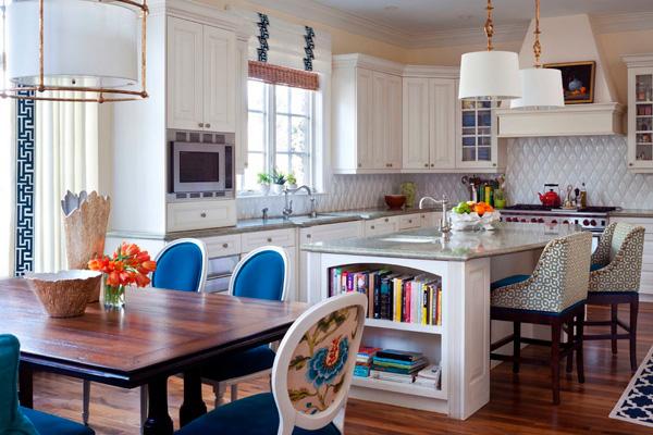 Яркое оформление кухни-столовой с островком