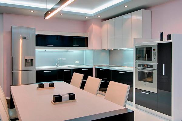 Черно-белая угловая кухня в минималистском стиле