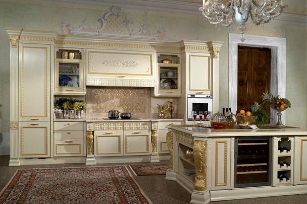 Классическая кухня цвета слоновой кости с золотой отделкой
