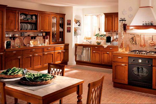 Деревянная мебель в оформлении классической кухни