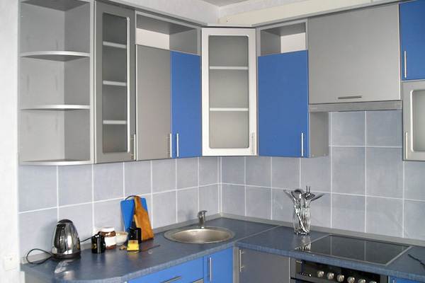 Интерьер кухни в холодных тонах в малогабаритной квартире