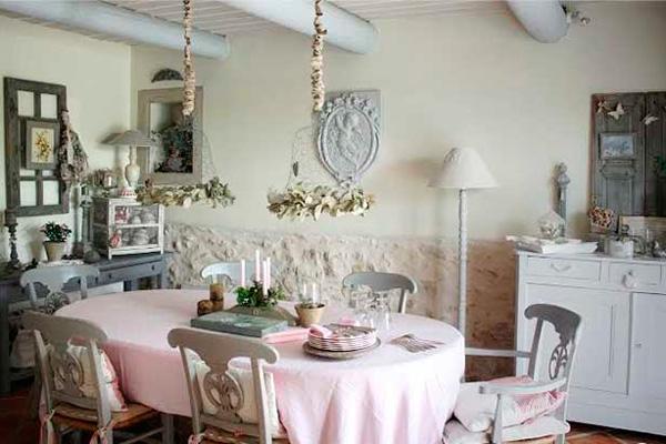 Серая мебель под старину на кухне в стиле шебби шик
