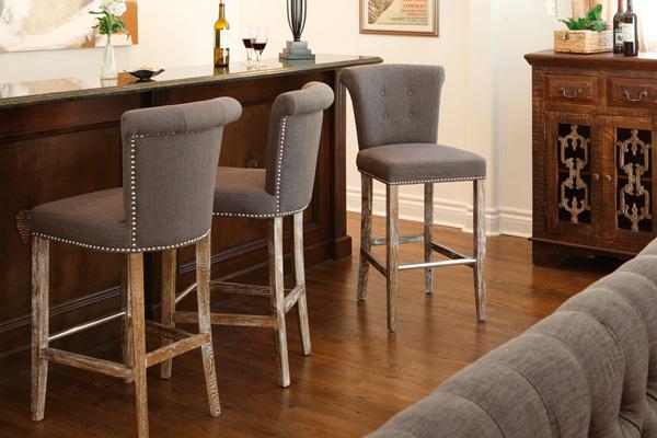 Одинаковая текстильная оббивка полубарных стульев и дивана